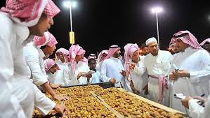 Checking the produce at Buraidah Date Festival (photo courtesy of King Saud University)