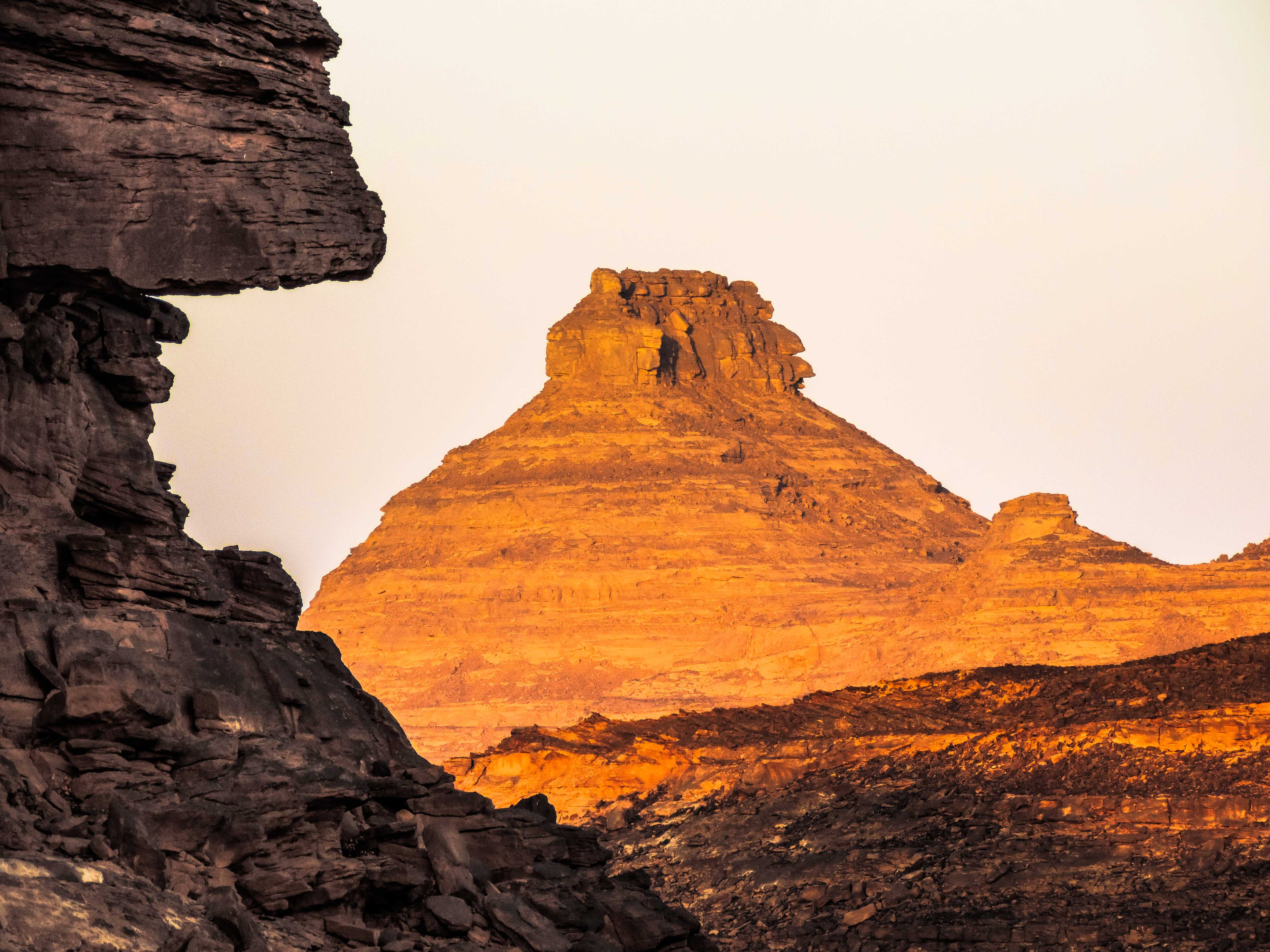Contrast of colors created by the evening light on the sandstones of Al-Qarah mountains (photo: Elizabeth Henrich)