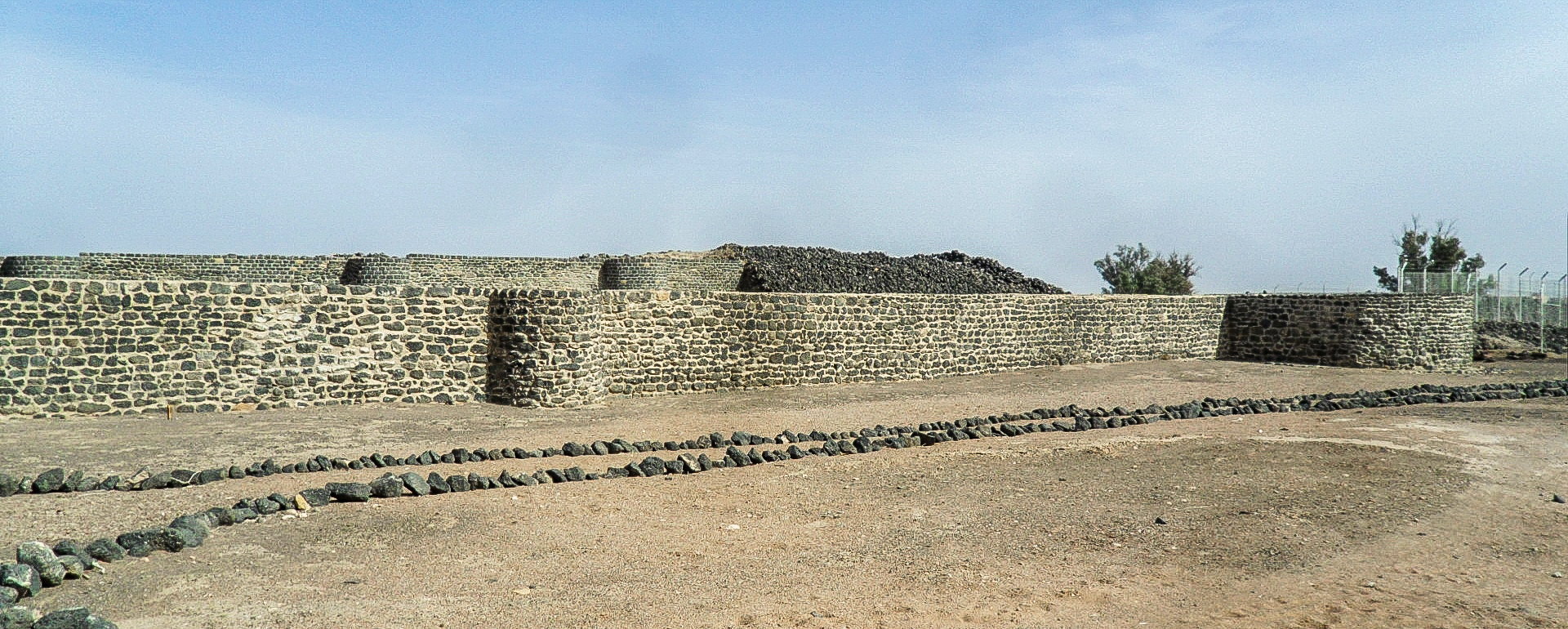 The two compound walls of the Citadel Fayd Citadel (photo: Florent Egal)